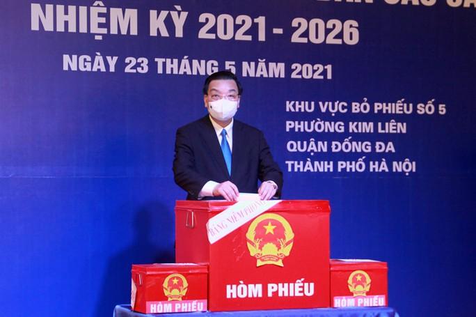 Cử tri Hà Nội náo nức đi bỏ phiếu bầu cử - Ảnh 13.