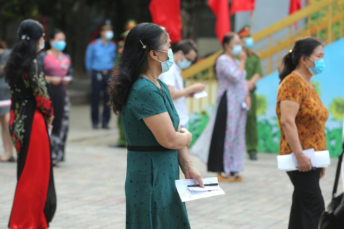 Cử tri Hà Nội náo nức đi bỏ phiếu bầu cử - Ảnh 12.