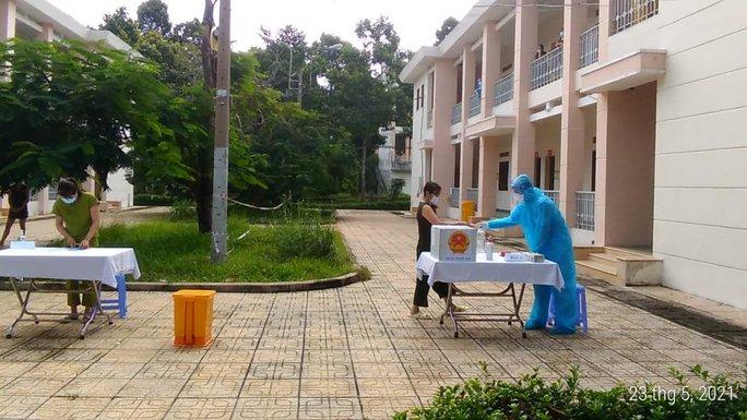 Bệnh nhân mắc Covid-19 bầu cử tại Bệnh viện Dã chiến Củ Chi - Ảnh 3.