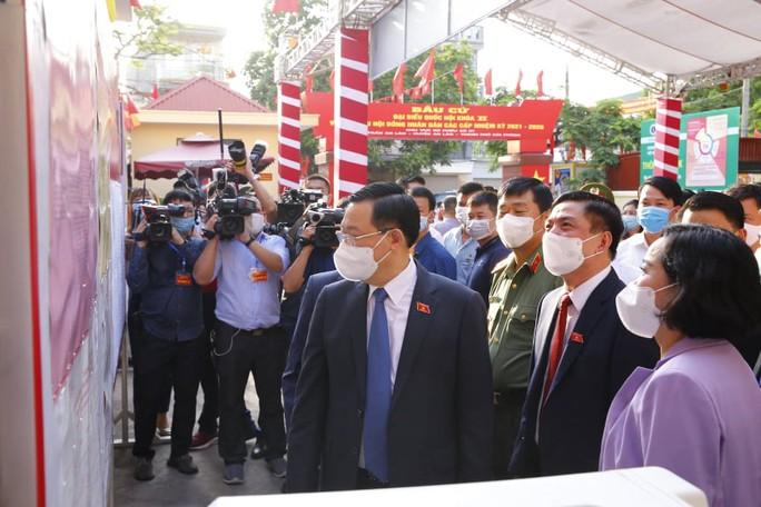 Chủ tịch Quốc hội Vương Đình Huệ bỏ lá phiếu đầu tiên tại thành phố Cảng - Ảnh 1.