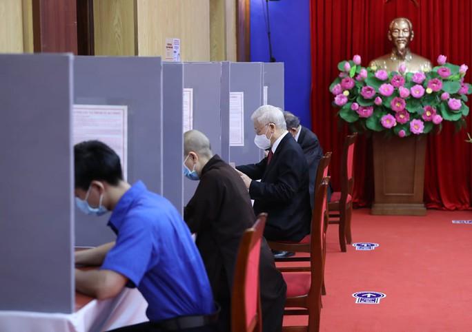 Những hình ảnh Tổng Bí thư Nguyễn Phú Trọng bỏ phiếu bầu cử - Ảnh 6.