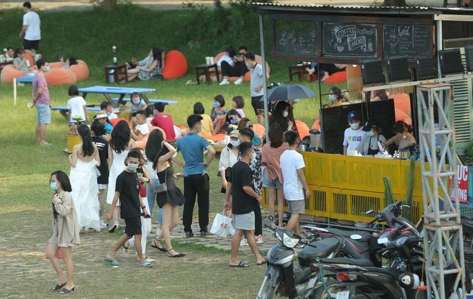 CLIP: Hàng trăm người tụ tập vui chơi ở bãi đá sông Hồng giữa dịch Covid-19 - Ảnh 10.