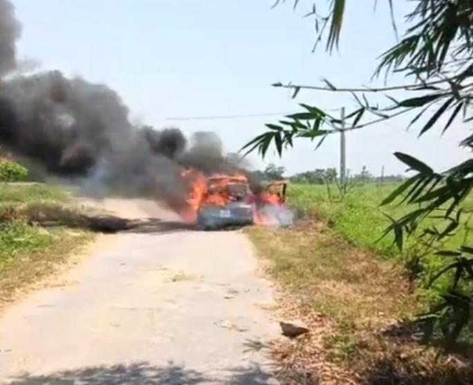 Xe ôtô đang chạy bỗng bốc cháy dữ dội, tài xế bung cửa thoát thân - Ảnh 1.