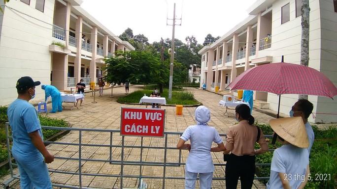 Bệnh nhân mắc Covid-19 bầu cử tại Bệnh viện Dã chiến Củ Chi - Ảnh 2.