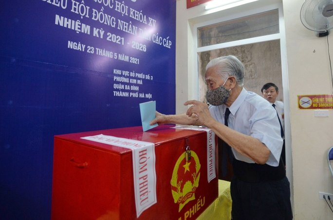 Cử tri 97 tuổi ở Hà Nội đã 15 lần đi bỏ phiếu bầu cử - Ảnh 1.