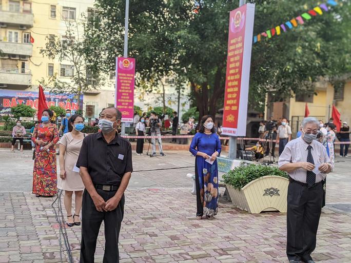 Cử tri Hà Nội náo nức đi bỏ phiếu bầu cử - Ảnh 4.