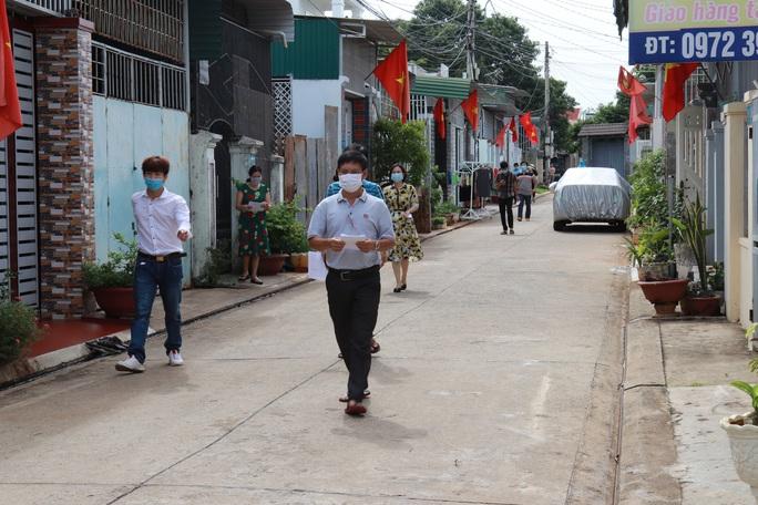 CLIP: Cận cảnh cử tri khu phong tỏa Covid-19 ở TP Buôn Ma Thuột đi bầu cử - Ảnh 2.