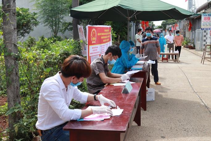 CLIP: Cận cảnh cử tri khu phong tỏa Covid-19 ở TP Buôn Ma Thuột đi bầu cử - Ảnh 7.