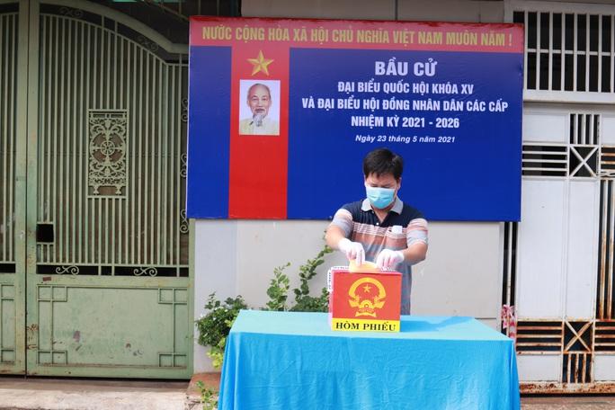 CLIP: Cận cảnh cử tri khu phong tỏa Covid-19 ở TP Buôn Ma Thuột đi bầu cử - Ảnh 8.