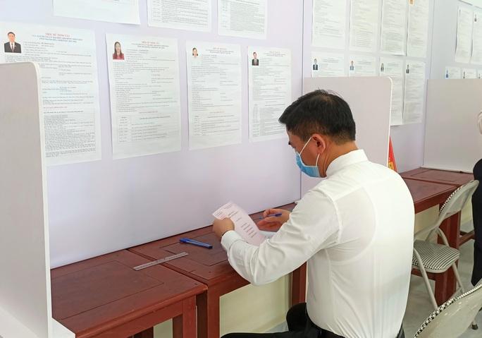 Độc đáo hòm phiếu di động đến từng nhà ngày bầu cử - Ảnh 7.