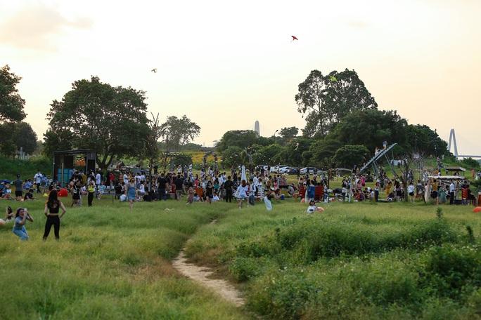 CLIP: Hàng trăm người tụ tập vui chơi ở bãi đá sông Hồng giữa dịch Covid-19 - Ảnh 2.