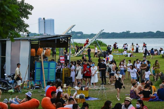 CLIP: Hàng trăm người tụ tập vui chơi ở bãi đá sông Hồng giữa dịch Covid-19 - Ảnh 6.