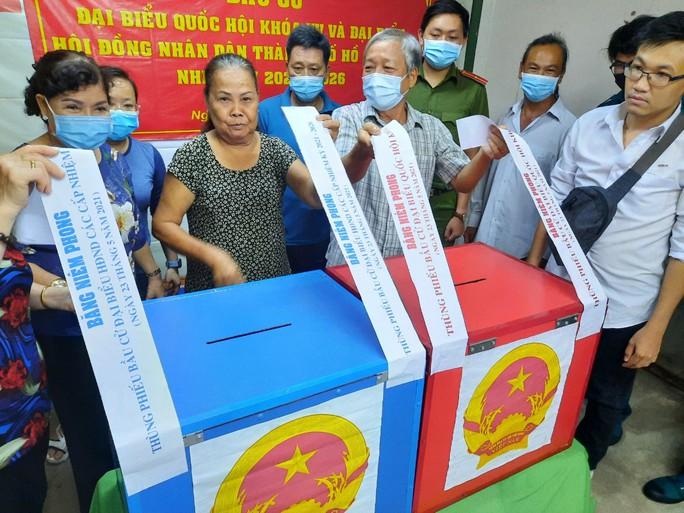 TP HCM đang  kiểm phiếu bầu cử đại biểu Quốc hội, đại biểu HĐND - Ảnh 1.