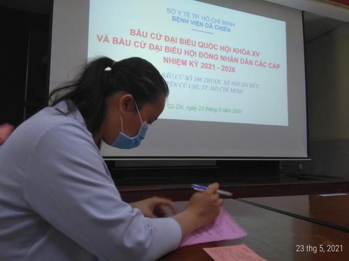 Bệnh nhân mắc Covid-19 bầu cử tại Bệnh viện Dã chiến Củ Chi - Ảnh 6.