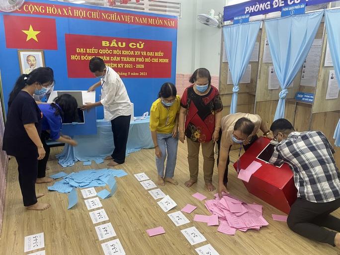 TP HCM đang  kiểm phiếu bầu cử đại biểu Quốc hội, đại biểu HĐND - Ảnh 4.