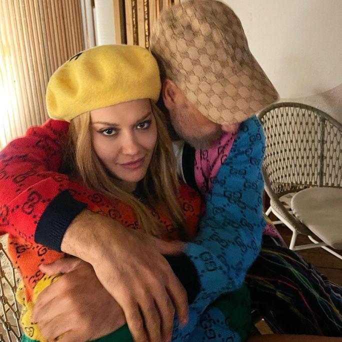 Nữ ca sĩ Rita Ora hạnh phúc bên người tình - Ảnh 1.