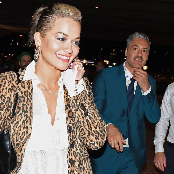 Nữ ca sĩ Rita Ora hạnh phúc bên người tình - Ảnh 3.