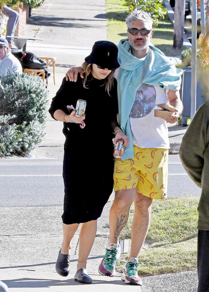 Nữ ca sĩ Rita Ora hạnh phúc bên người tình - Ảnh 2.