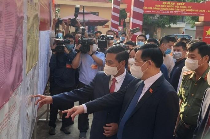 Chủ tịch Quốc hội Vương Đình Huệ bỏ lá phiếu đầu tiên tại thành phố Cảng - Ảnh 2.
