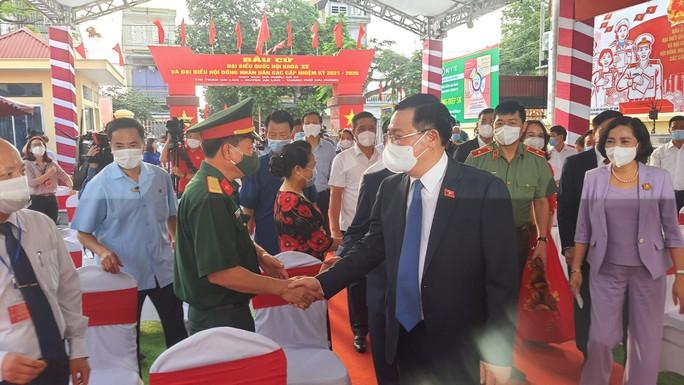 Chủ tịch Quốc hội Vương Đình Huệ bỏ lá phiếu đầu tiên tại thành phố Cảng - Ảnh 4.