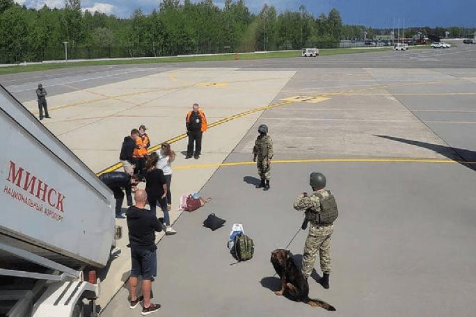 Belarus chặn máy bay đang bay, bắt người như phim - Ảnh 2.
