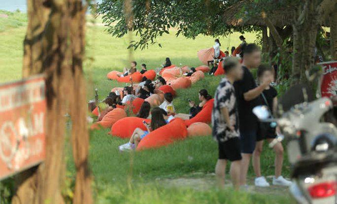 CLIP: Hàng trăm người tụ tập vui chơi ở bãi đá sông Hồng giữa dịch Covid-19 - Ảnh 8.