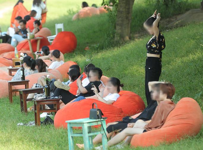 CLIP: Hàng trăm người tụ tập vui chơi ở bãi đá sông Hồng giữa dịch Covid-19 - Ảnh 9.