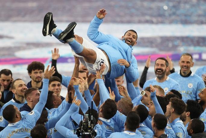 Đại tiệc nâng cúp vô địch, Man City tri ân người hùng Aguero - Ảnh 13.