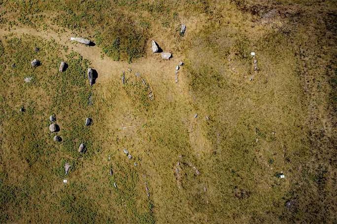 10 tàu ma chở hài cốt ngàn năm bất ngờ xuất hiện trên đảo - Ảnh 1.