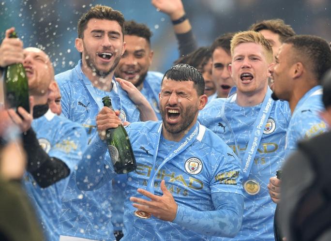 Đại tiệc nâng cúp vô địch, Man City tri ân người hùng Aguero - Ảnh 14.