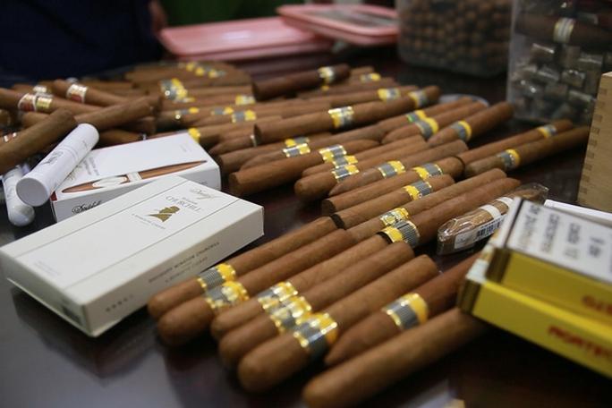 Hàng không tăng cường chống buôn lậu thuốc lá xì gà - Ảnh 1.