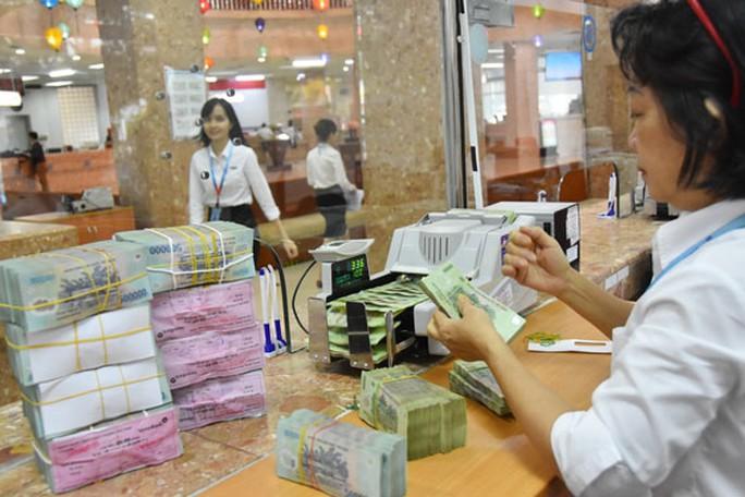 Lần đầu tiên ngân hàng bán nợ vay tiêu dùng - Ảnh 1.