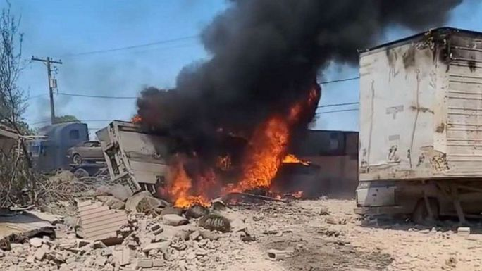 Máy bay quân sự Mỹ lao vào nhà dân, phi công tử nạn - Ảnh 2.