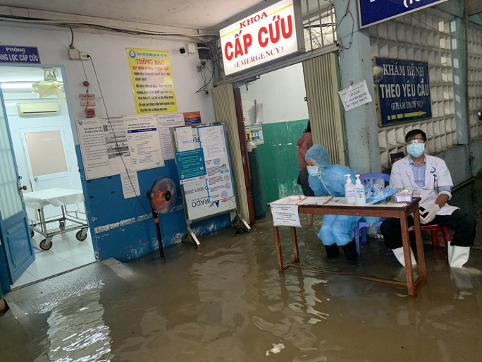 TP HCM: Bác sĩ xắn quần, lội nước bì bõm cấp cứu người bệnh - Ảnh 3.