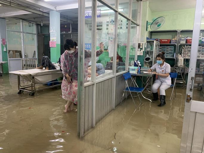 TP HCM: Bác sĩ xắn quần, lội nước bì bõm cấp cứu người bệnh - Ảnh 4.