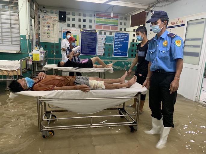 TP HCM: Bác sĩ xắn quần, lội nước bì bõm cấp cứu người bệnh - Ảnh 10.