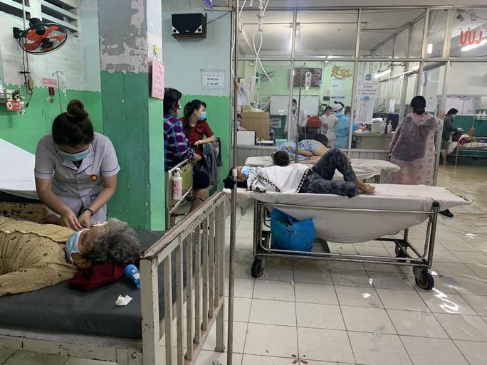 TP HCM: Bác sĩ xắn quần, lội nước bì bõm cấp cứu người bệnh - Ảnh 6.