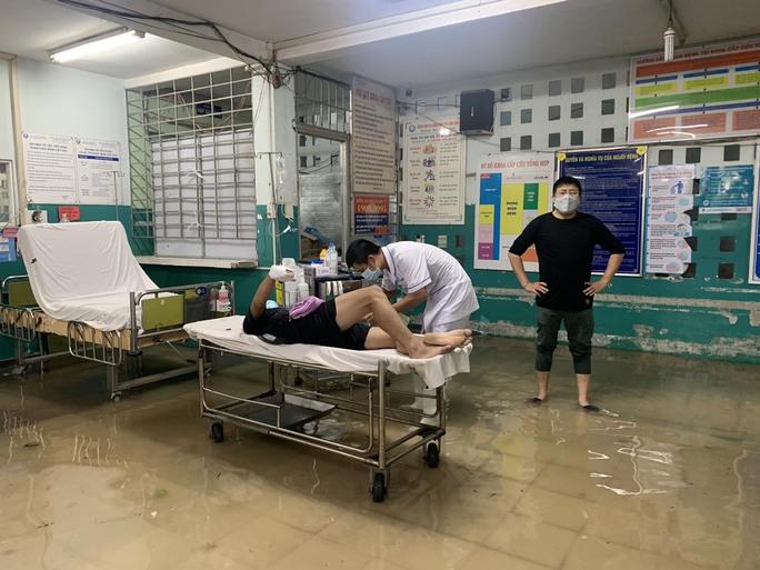 TP HCM: Bác sĩ xắn quần, lội nước bì bõm cấp cứu người bệnh - Ảnh 9.