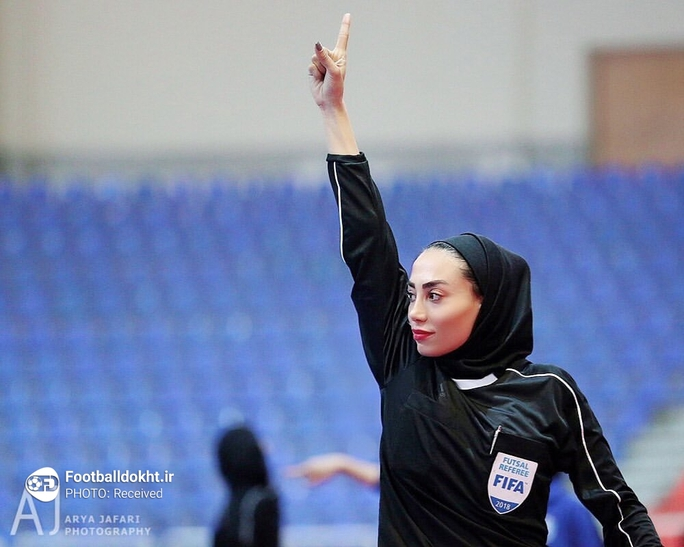 Nữ trọng tài xinh đẹp mang may mắn đến tuyển futsal Việt Nam - Ảnh 1.