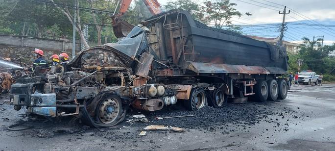 Lửa bùng lên ngùn ngụt sau cú tông mạnh của xe đầu kéo vào container - Ảnh 3.