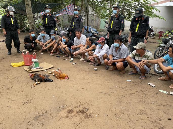 CLIP: Cảnh sát Cơ động Tiền Giang lại bắt trường gà - Ảnh 2.