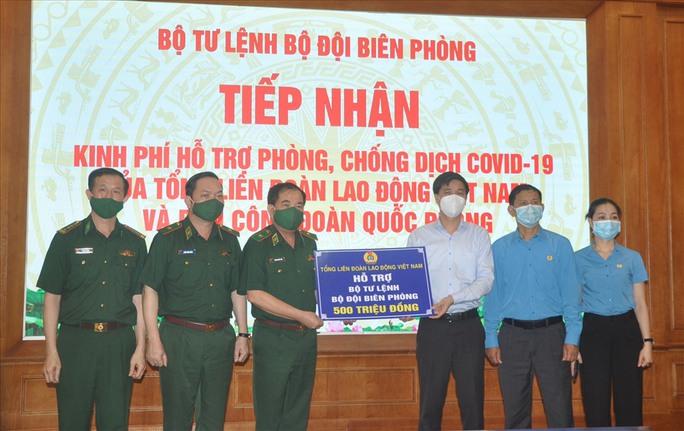 Tổng Liên đoàn Lao động Việt Nam trao 3 tỉ đồng hỗ trợ tuyến đầu chống dịch Covid-19 - Ảnh 2.