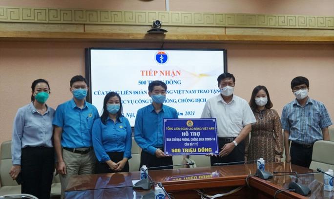 Tổng Liên đoàn Lao động Việt Nam trao 3 tỉ đồng hỗ trợ tuyến đầu chống dịch Covid-19 - Ảnh 3.