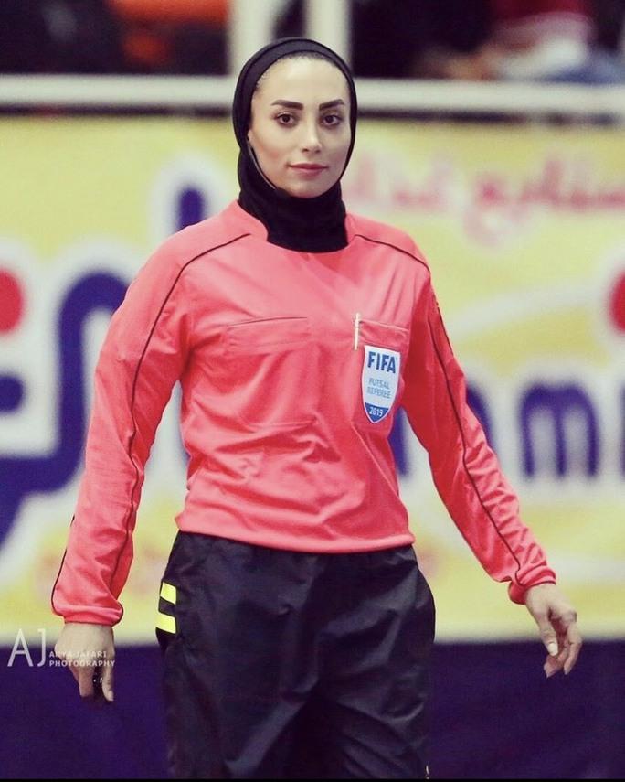 Nữ trọng tài xinh đẹp mang may mắn đến tuyển futsal Việt Nam - Ảnh 2.