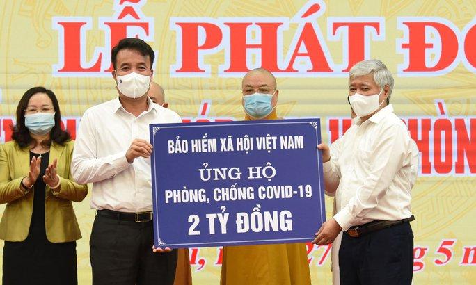 BHXH Việt Nam trao 2 tỉ đồng ủng hộ phòng chống dịch Covid-19 - Ảnh 1.