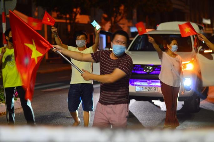 Người dân Đà Nẵng vui mừng dỡ phong tỏa khu vực bar New Phương Đông và chung cư 12T3 - Ảnh 3.