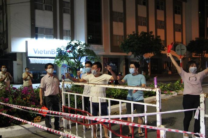 Người dân Đà Nẵng vui mừng dỡ phong tỏa khu vực bar New Phương Đông và chung cư 12T3 - Ảnh 4.