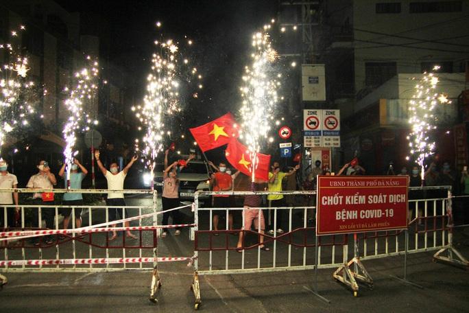 Người dân Đà Nẵng vui mừng dỡ phong tỏa khu vực bar New Phương Đông và chung cư 12T3 - Ảnh 2.