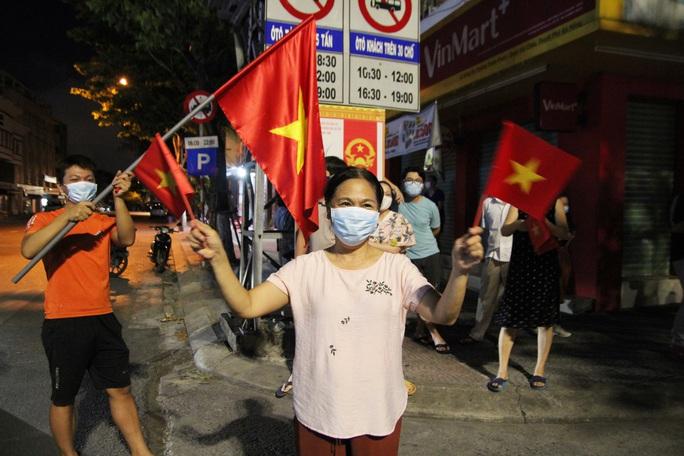 Người dân Đà Nẵng vui mừng dỡ phong tỏa khu vực bar New Phương Đông và chung cư 12T3 - Ảnh 6.