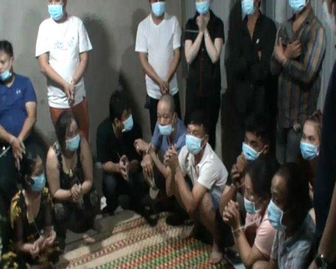 Nhiều quý bà đeo vàng đỏ tay bị bắt tại căn nhà cấp 4 ở Nhà Bè, TP HCM - Ảnh 2.